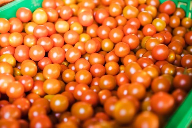 Organische sappige tomaten voor verkoop op straatmarkt