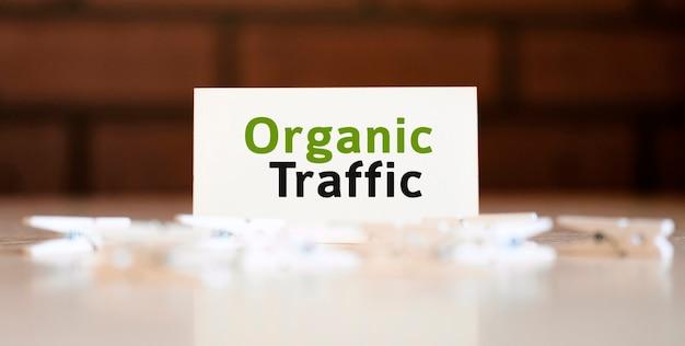 Organische seo verkeerstekst op witte lijst en met wasknijpers