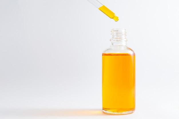 Organische spa-cosmetica met plantaardige ingrediënten: vitamine c-serum in cosmetische fles met druppelaar.
