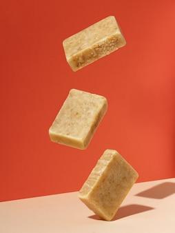 Organische stukken zeep die in de lucht zweven. creatief concept van handgemaakte cosmetica van natuurlijke eco-producten.