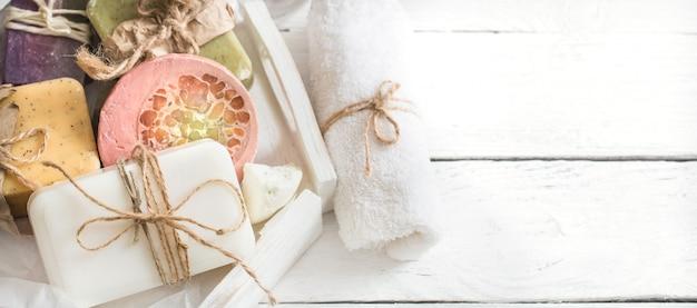 Organische zeep op houten tafel