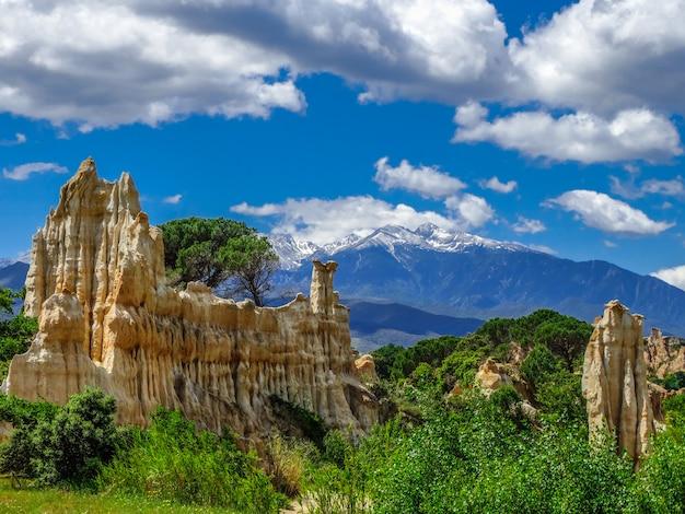 Orgues d'ille sur tet natuurpark met blauwe hemel en sommige wolken, languedoc-roussillon, frankrijk