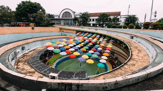 Oriëntatiepunt van kleurrijke parapluinstallatie bij voetpassage in kota tua.