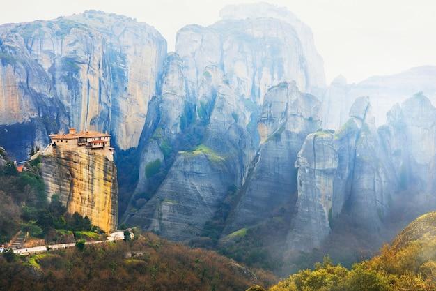 Oriëntatiepunten van griekenland - unieke meteora met hangende kloosters over rotsen