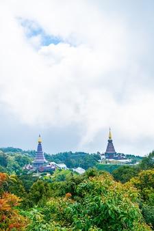 Oriëntatiepuntpagode in het nationale park van doi inthanon met bewolkte hemel in chiang mai, thailand.