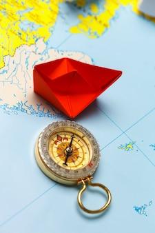Origami papieren schip op een kaart. leiderschap en reizend concept