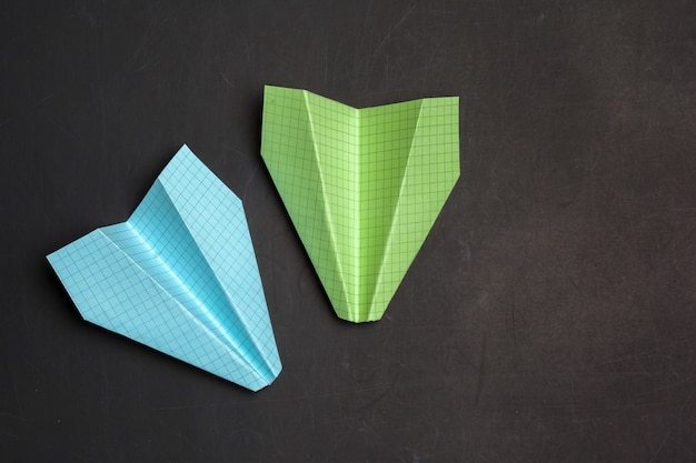 Origami papieren vliegtuigje.