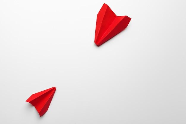 Origami speelgoed vliegtuig papier op wit