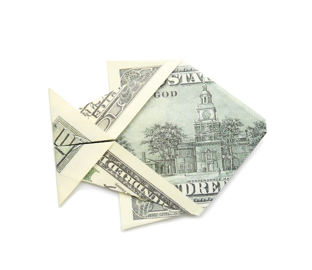 Origami vis gemaakt van dollar biljet op witte achtergrond