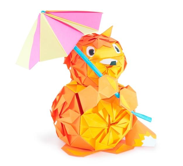 Origami vos figuur met paraplu (geïsoleerd op wit)
