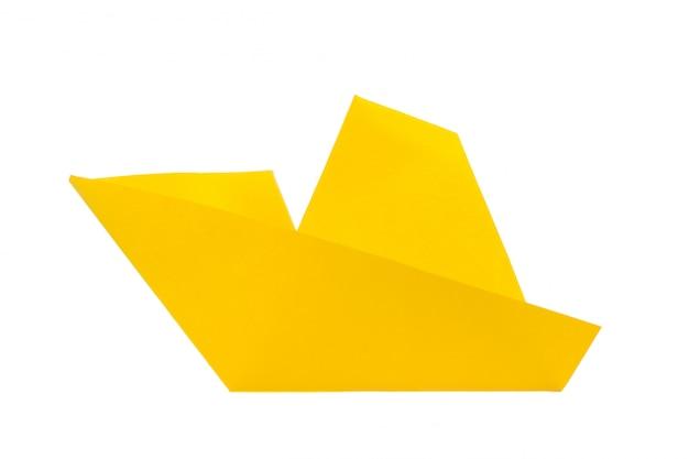 Origamidocument boot op witte achtergrond wordt geïsoleerd die