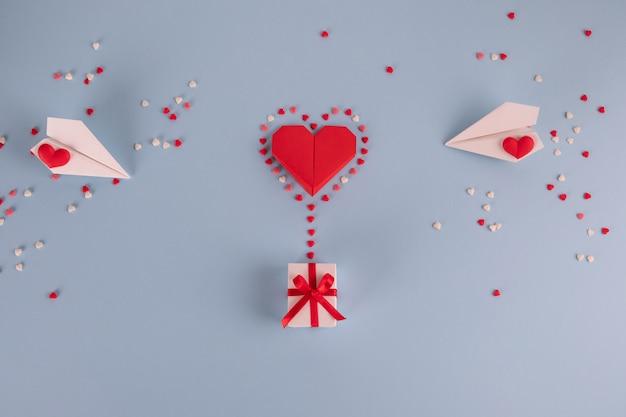 Origamidocument hartballon met giftvakje op blauwe lijst
