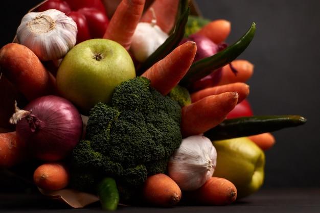 Origineel ongebruikelijk eetbaar boeket groenten op een donker hout