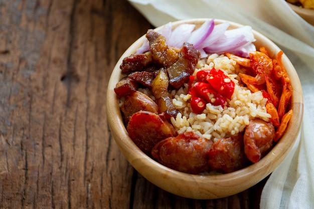 Origineel thais eten. garnalen fried rice dicht omhoog.