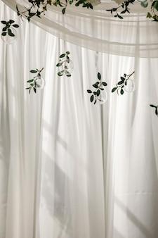Originele bruiloft florale decoratie in de vorm van mini-vazen en boeketten van bloemen die aan het plafond hangen