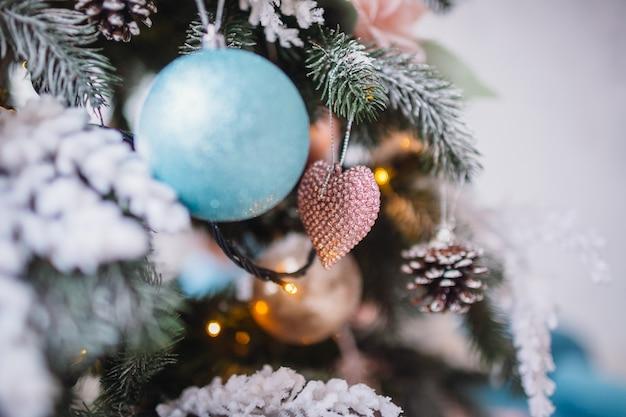 Originele decor en speelgoed hangt aan rijke kerstboom