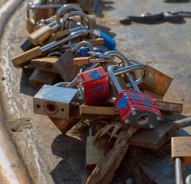 Originele foto van beloften in de vorm van vele gekleurde sloten met blauwe harten samengevoegd in een bar
