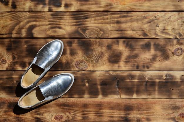 Originele glimmende schoenen in discostijl liggen