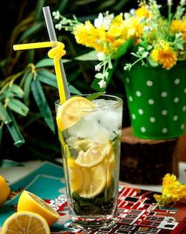 Originele mojito met ijs op tafel