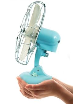 Originele vintage ventilator in de hand in het wit