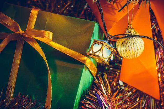 Ornament en gloeilamp kerst decor op vrolijk kerstfeest en gelukkig nieuwjaar nacht licht.