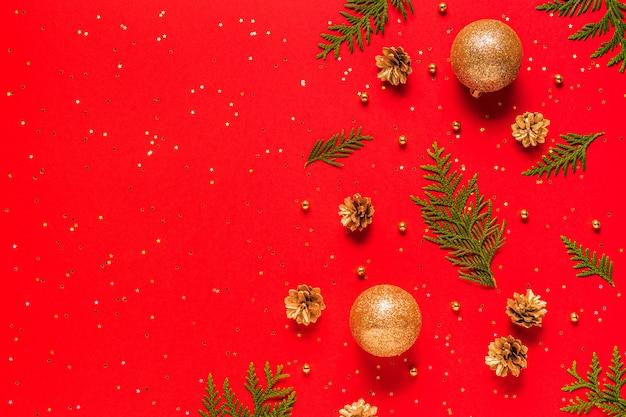 Ornamenten met dennenappels en confetti