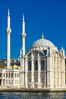 Ortakoy-moskee aan de bosporus in istanbul, turkije. deze moskee in barokke heroplevingsarchitectuur