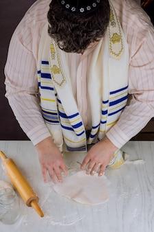 Orthodox-joodse man bereiden handgemaakte platte koosjere matzah voor bakken