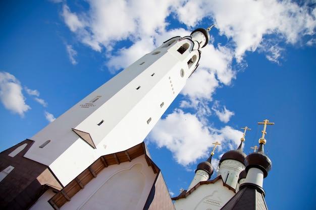 Orthodoxe kerk met koepels en kruisen. diagonale weergave van onderen van de tempel van god. blauwe lucht. landschapsachtergrond, historische gebouwen van toerisme in rusland, landschap van de christelijke kerk