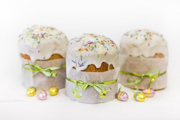 Orthodoxe pasen cake met chocolade-eieren en traditionele decor