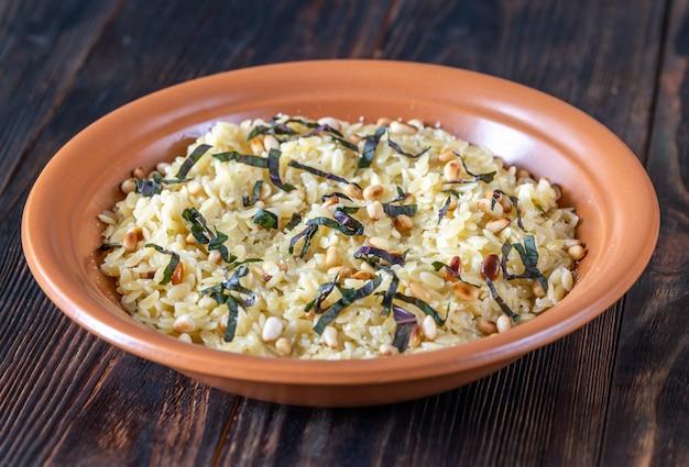 Orzo pastasalade met pijnboompitten en basilicum