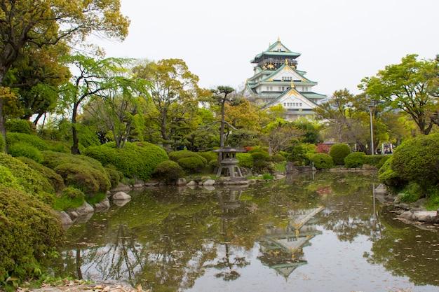 Osaka castle als de beroemde historische bezienswaardigheid van de stad. japan.