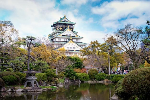 Osaka castle met japanse tuin en toerist die in osaka, japan bezienswaardigheden bezoeken.