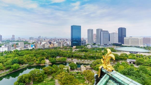 Osaka, japan - 11 september 2016: landschap vanaf het dak van de hoofdtoren van osaka castle, japan