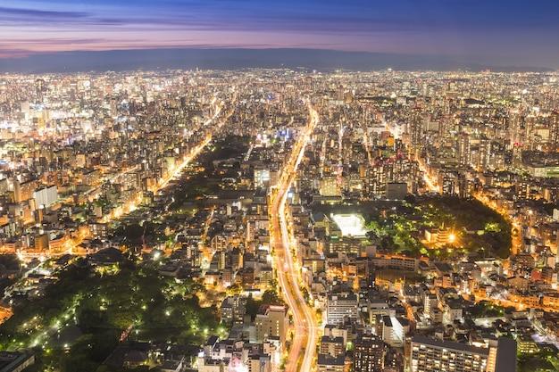 Osaka, japan - 12 juni 2017: osaka stadsgezicht 300 meter boven de grond, japan. osaka is het op een na grootste stedelijke gebied van japan. uitzicht vanaf abeno harukas, de hoogste wolkenkrabber in japan.