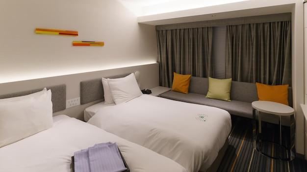 Osaka, japan - september 2016: luxe gezellige lichte en moderne slaapkamer in osaka, japan