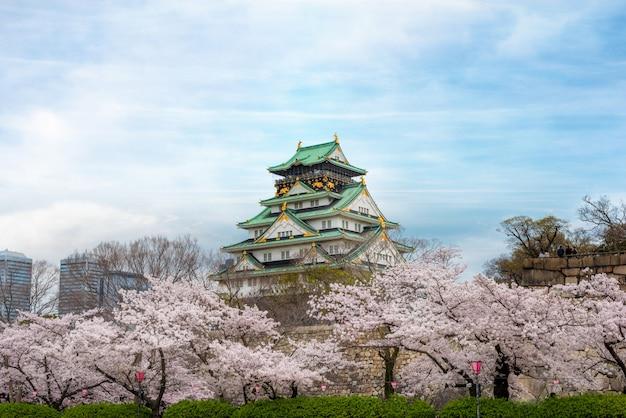Osaka-kasteel met kersenbloesem in osaka; japan. japan lente mooie scène.