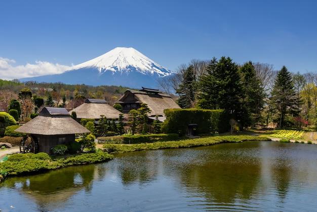 Oshino hakkai dorp met uitzicht op fuji