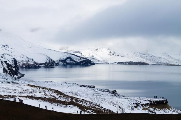 Oskjuvatn-meer bij askja, ijsland. centrale hooglanden van het oriëntatiepunt van ijsland. vulkanisch uitzicht