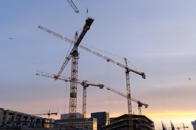 Oslo, noorwegen - 6 januari 2017: moderne zakelijke architectuur in aanbouw in het centrum van oslo, noorwegen.