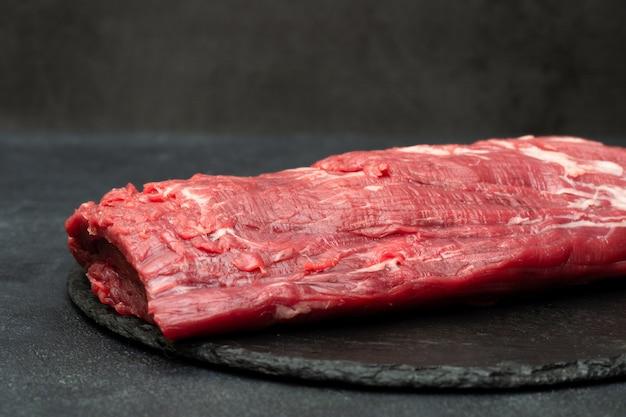 Ossenhaas biefstuk. rauwe biefstuk op zwart