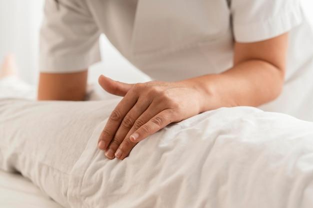 Osteopaat die een kind behandelt door hem te masseren
