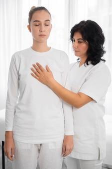 Osteopaat die een meisje behandelt in het ziekenhuis