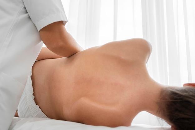 Osteopaat die een patiënt behandelt