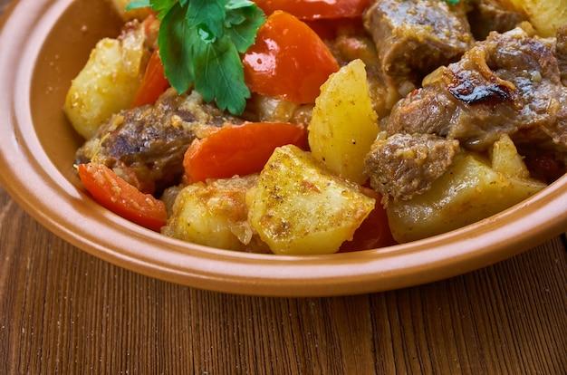 Otjahuri - georgische kalfsvleesschotel met gebakken aardappelen en tomaten