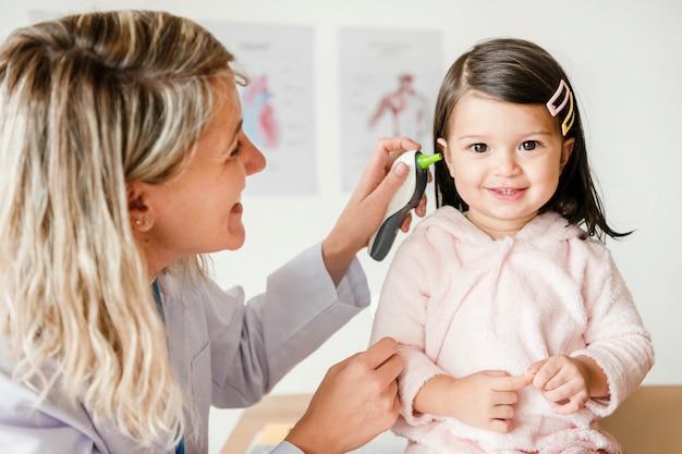 Otolaryngologist controleren op een lief klein meisje