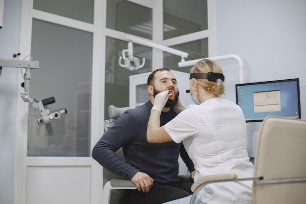 Otolaryngologist die zich voorbereidt op de medische onderzoeksprocedure