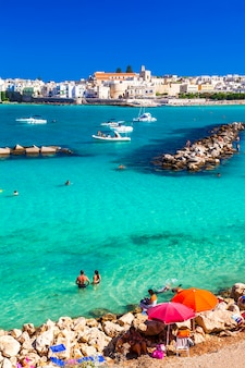 Otranto, mooie stad met azuurblauw strand in puglia, italië
