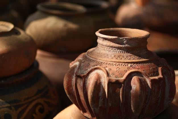 Oud aardewerk dat als container wordt gebruikt