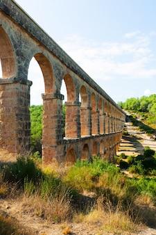 Oud aquaduct in zonnige dag